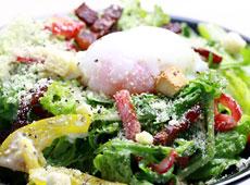 温泉卵とベーコンのシーザーサラダ